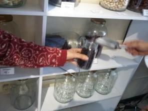Paso 2. Llenar el contenedor/empaque/envase con lo que necesitas (el peso del producto que necesitas) Lugar: Loving Hut