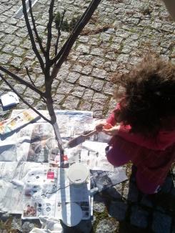 La nena pintando el árbol