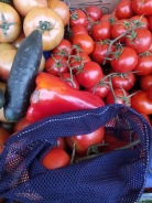 Comprando tomates a granel en el mercado.