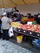 Frutas que se ofrecen a granel en el mercado.
