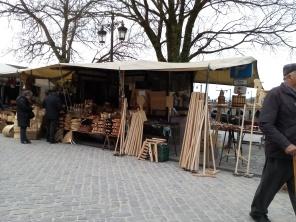 Puesto de madera en el mercado.